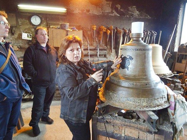 V dílně zvonařky Leticie Vránové Dytrychové v Brodku u Přerova viděli zástupci Chodova voskové modely, které jsou podkladem pro výrobu vlastní formy na odlévání nových zvonů.