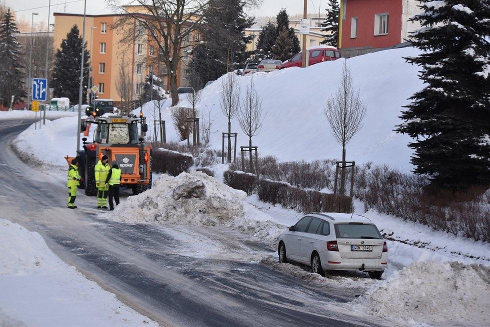 V Kraslicích odvážejí sníh. Mnohde jim překáží auta
