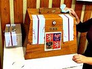Dřevěná urna v horské Přebuzi. Je patrně nejstarší v republice.