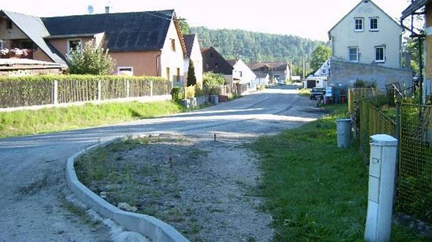 Zámkovou dlažbu v Šabině opraví firma, která buduje v obci páteřní chodník