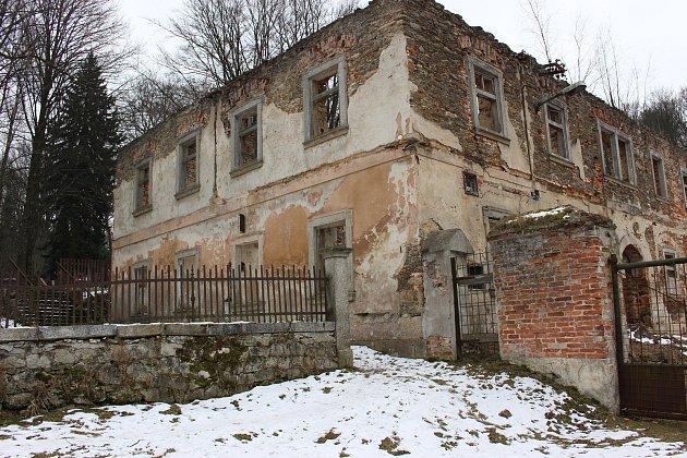 Ruiny barokního zámku ispřilehlým parkem, který prošel revitalizací.
