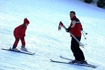 Ladislav Minařík vyučuje v Bublavě lyžování.