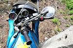 Motorkář jel prudkou zatáčkou moc rychle, skončil ve svodidlech.