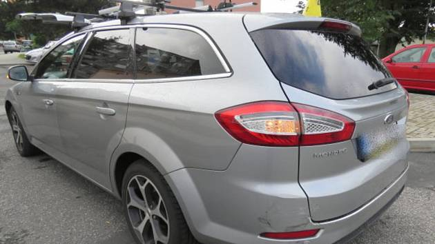 Naboural auto a ujel, policie hledá svědky. Škoda je 30 tisíc korun.