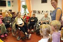 Malou oslavu desátého výročí Vily Maria zpestřil seniorům koncert sboru Luběnka i připravené občerstvení.