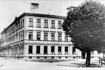 FOTOGRAFII školy na snímku je zhruba padesát let. Od současné podoby se však téměř neliší.