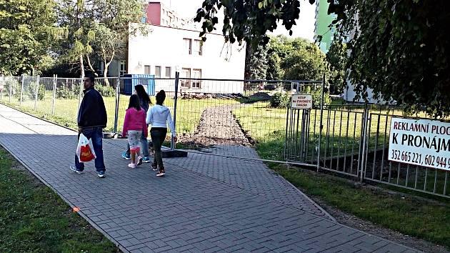 DO DOSTAVBY školy se pouští o letních prázdninách město Chodov, a to za 28 milionů korun. Areál už je oplocený a je do něj zákaz vstupu.