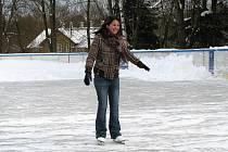 VSTUP NA LEDOVOU PLOCHU je pouze na vlastní nebezpečí. Na nějaké pády ale děti příliš nemyslí. Jsou rády, že si mohou pořádně zabruslit nebo zahrát hokej.