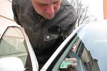 Na poslední chvíli kupovala řada řidičů ze Sokolova dálniční známku, aby mohla vyjet na zpoplatněnou komunikaci s označením R6.