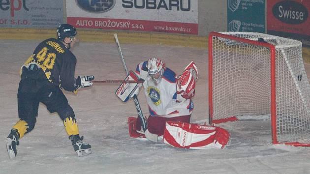 Útočník Soukup střílí další gól do sítě Kobry.