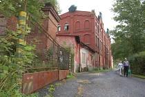 HISTORICKOU továrnu roky drancovali zloději. Nyní už ji naplno využívají technické služby a zázemí by tam mohli najít i dobrovolní hasiči.
