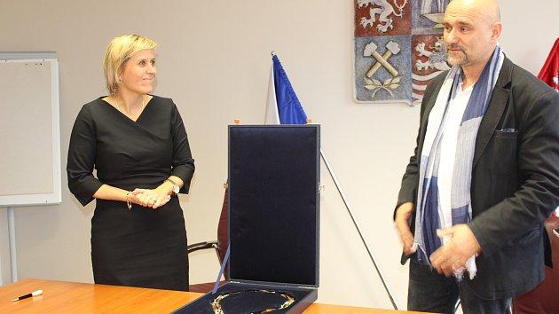 Hejtmanka Jana Mračková Vildumetzová a autor Petr Vogel představili nový hejtmanský řetěz.