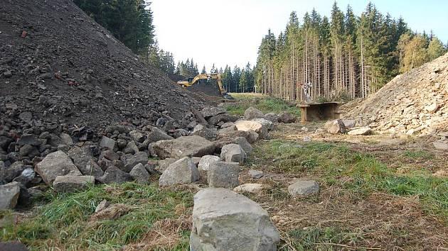 Vlekaři se v horské Bublavě pustili do přemostění silnice na vrchol Bleiberg, aby lyžaři nemuseli dávat přednost řidičům. Ski-Bublava už tam nechala navozit tuny hlíny ze sousedních Kraslic. Po výstavbě mostu se bude část sjezdovky i nově profilovat.