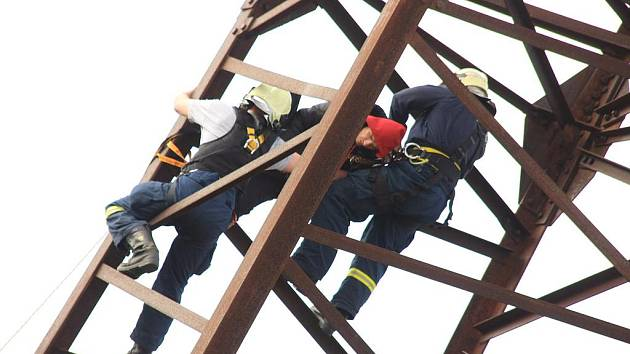DVĚ HODINY trvalo drama v Sokolově, kde chtěl mladík skočit ze stožáru vysokého napětí. Nakonec mu z něj pomohli hasiči.