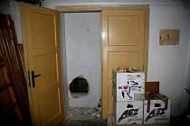 Díra ve zdi, kterou zloděj do zlatnictví vniknul.