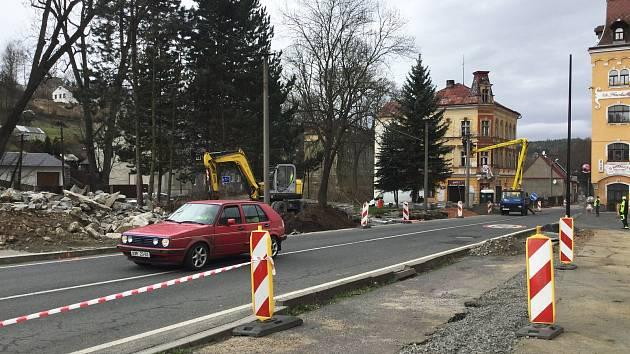 Na příjezdu do města od Lokte budují stavbaři nový chodník a zastávku autobusu. Provoz tu řídí semafory.