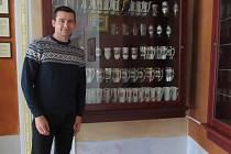 Lukáš Lojín je už třetí generací sbírající lázeňské pohárky.