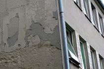 OMÍTKA školní budovy je ve špatném stavu, stejně jako okna.