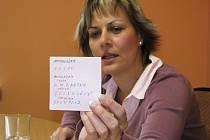 Kateřina Štěpánková, vedoucí Intervenčního centra v Sokolově ukazuje jeden z lístečků, které používá při komunikaci s ochrnutou Zuzanou Rokosovou.
