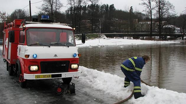 Rozvodněná řeka Ohře v Lokti.