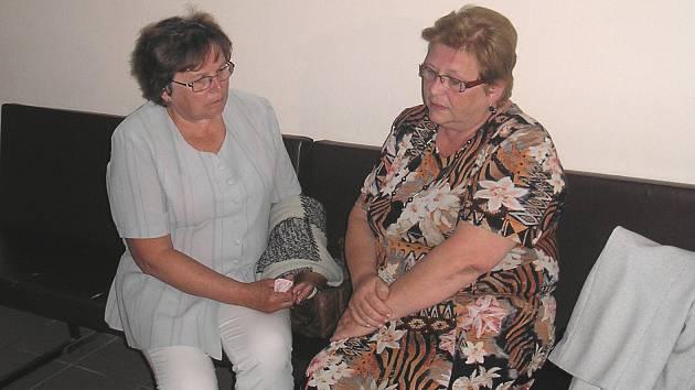 Miloslava Egerová (vlevo) u sokolovského soudu