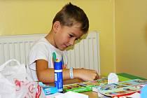 Dobrovolnice ze Střípků docházejí za dětmi do sokolovské nemocnice  a společně tvoří nebo malují.