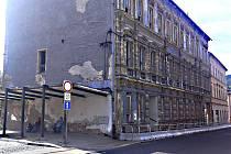 Bývalá radnice v centru zatím k zemi nepůjde.