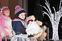 V Kraslicích dorazily na zahájení adventu davy lidí, pro které byl připraven bohatý program včetně světelné show. Po společném odpočítávání se rozsvítil strom i výzdoba.