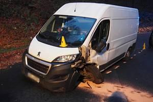 Dodávka se srazila s osobním autem přímo v zatáčce.