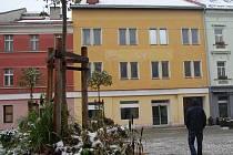 Knihovna by se měla stěhovat do žluté budovy na Starém náměstí