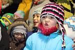 Horní Slavkov - V Horním Slavkově na Sokolovsku přišla zhruba stovka lidí, která zpívala spolu s dětmi přímo na náměstí vedle vánočního stromu
