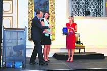 HORNÍ SLAVKOV zvítězil v letošním ročníku Zlatého eGONA. Na snímku přebírá cenu starostka města Jana Vildumetzová.