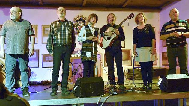 Vánoční koncert Roháčů v rytířském sále loketského hradu rádi navštěvují i mimoloketští posluchači.