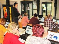 Sociální sítě bylo další téma, kterému se věnovali účastníci kurzu Senior (lapen) v síti v loketské městské knihovně. Dozvěděli se, jak to funguje na facebooku.