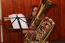 Hra na tubu v podání Lucie Gitterové.