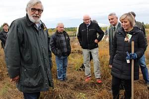Nový les sázeli dobrovolníci v rámci akce Den za obnovu lesa i v Olšových Vratech na Karlovarsku.