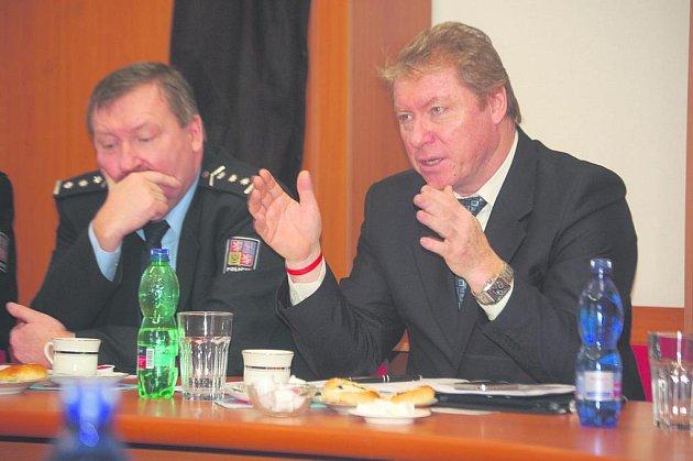 Zleva krajský policejní ředitel Oldřich Tomášek a náměstek policejního prezidenta Vladislav Husák.