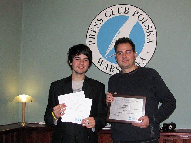REDAKTOŘI Sokolovského deníku Milan Hloušek (vpravo) a Filip Titlbach převzali v polské Varšavě žurnalistická ocenění.