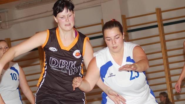 Oblastní přebor basketbalistek: BCM Sokolov (v bílém) - DBK Kralovice/ Kožlany