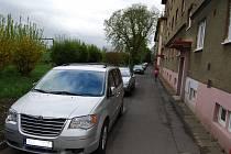 Parkování za jedním z domů v ulici Pionýrů v Sokolově