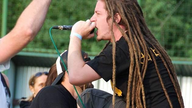 Kapela Never Left Behind na Rockfestu Vintířov v roce 2019.