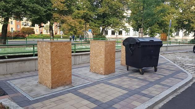 Připravené kontejnery na nábřeží Petra Bezruče