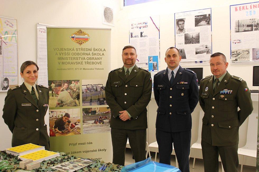 Řadu informací získali zájemci o studium od vojáků v Sokolově na ISŠTE.