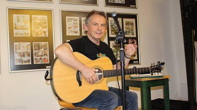 Vojta Kiďák Tomáško při koncertu v loketské knihovně.