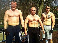 """Workoutové stroje jsou připraveny. Jan Kanis, Stanislav Švadlenka a Marek Berky zvou zájemce na """"Klikařskou 24hodinovku""""."""