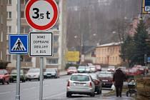 PRŮJEZDU nákladních aut přes hraniční přechod brání dopravní značení. To bude nahrazeno novou značkou. Nově budou moci hranicemi projíždět auta do 12 tun.