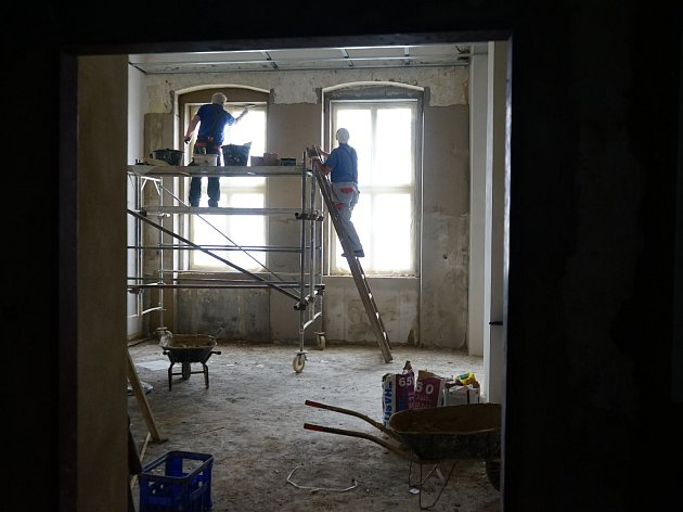 Při posledních dvou etapách rekonstrukce mateřské školy v Boru se pracuje především na jídelně a chodbě školky.