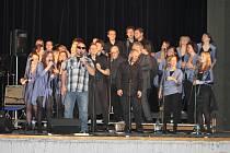 MARANATHA Gospel Choir z Prahy potěšil při benefici přes dvě stovky návštěvníků. Řada z nich si se souborem i zazpívala.