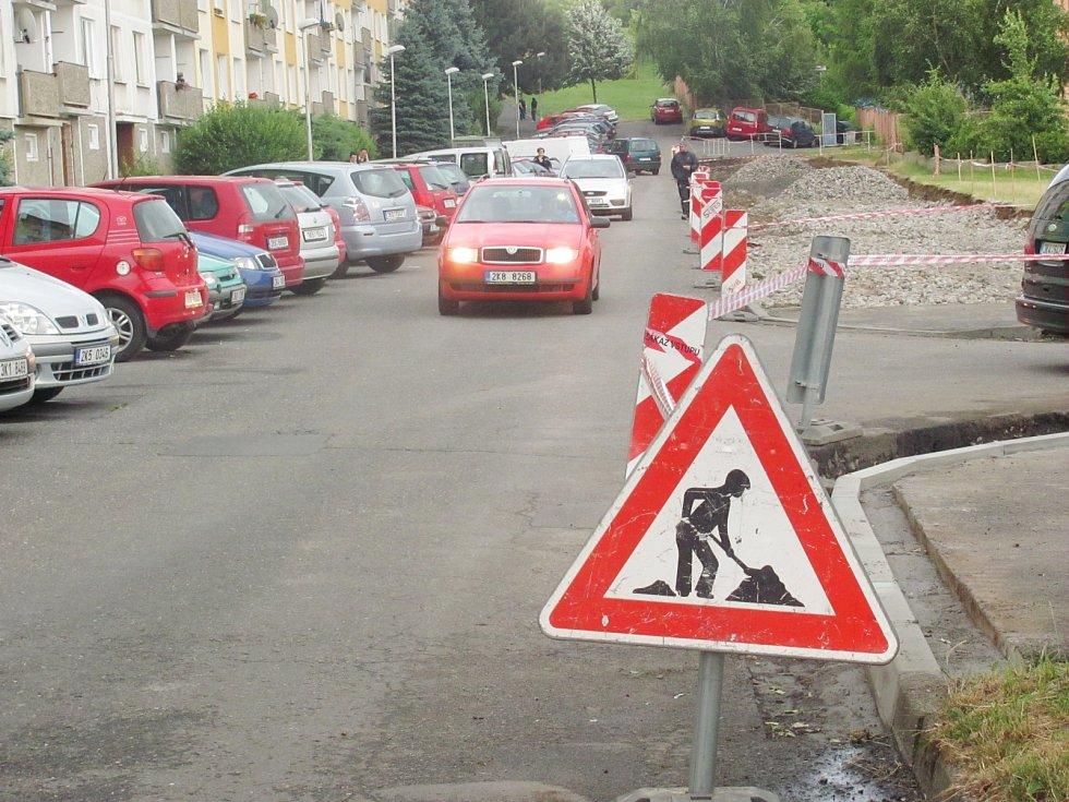 PARKOVÁNÍ v ulici Kosmonautů je dočasně ještě o něco složitější. Od září by se ale místním obyvatelům mělo v tomto ohledu výrazně ulevit.