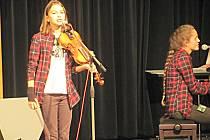 Lucie Šreinová z Lokte (vlevo) soutěžila na Březovském lístku v kategorii jednotlivců ve věku 11 - 15 let i v duu s Kristýnou Vášovou. Zvítězila a čekají ji celostátní finále v Brně, Praze i Plzni.